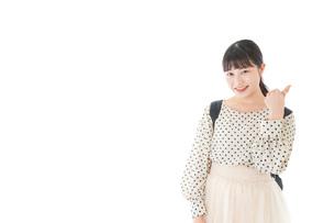 グッドサインをする笑顔の女子学生の写真素材 [FYI04715100]