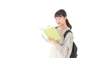 上を指差す制服を着た女子学生の写真素材 [FYI04715101]