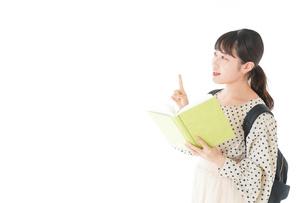 上を指差す制服を着た女子学生の写真素材 [FYI04715102]