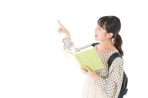 上を指差す制服を着た女子学生の写真素材 [FYI04715104]