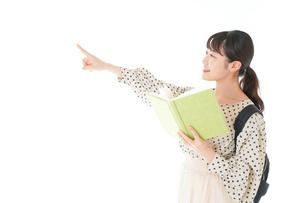 上を指差す制服を着た女子学生の写真素材 [FYI04715105]