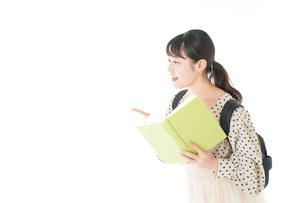 上を指差す制服を着た女子学生の写真素材 [FYI04715106]