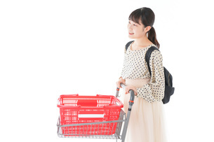 スーパーでショッピングをする若い女性の写真素材 [FYI04715107]