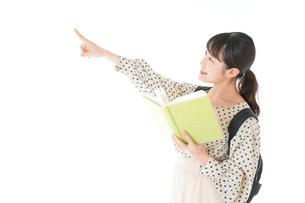 上を指差す制服を着た女子学生の写真素材 [FYI04715111]