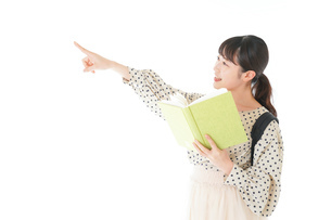 上を指差す制服を着た女子学生の写真素材 [FYI04715112]