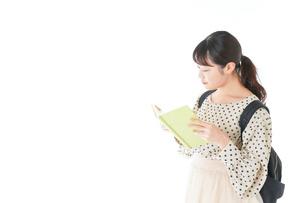 上を指差す制服を着た女子学生の写真素材 [FYI04715114]