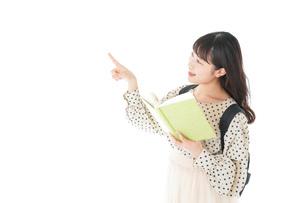 上を指差す制服を着た女子学生の写真素材 [FYI04715116]