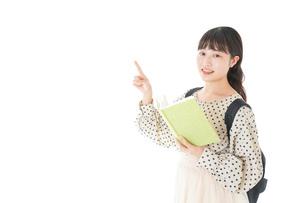 上を指差す制服を着た女子学生の写真素材 [FYI04715117]