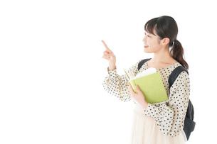 上を指差す制服を着た女子学生の写真素材 [FYI04715118]