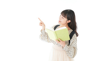 上を指差す制服を着た女子学生の写真素材 [FYI04715119]