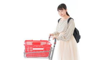 スーパーでショッピングをする若い女性の写真素材 [FYI04715123]