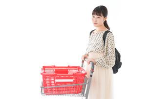 スーパーでショッピングをする若い女性の写真素材 [FYI04715127]