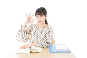 机で勉強をする若い女性の写真素材 [FYI04715161]