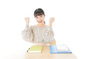 ガッツポーズをする笑顔の女子学生の写真素材 [FYI04715165]