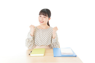 ガッツポーズをする笑顔の女子学生の写真素材 [FYI04715168]