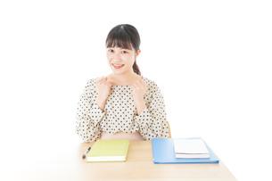 ガッツポーズをする笑顔の女子学生の写真素材 [FYI04715170]