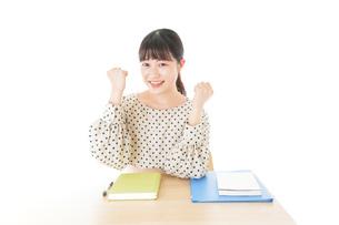 ガッツポーズをする笑顔の女子学生の写真素材 [FYI04715176]