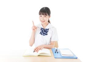 指を指す制服姿の女子学生の写真素材 [FYI04715183]