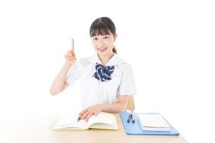 指を指す制服姿の女子学生の写真素材 [FYI04715184]