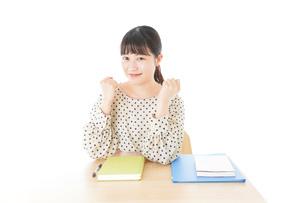 ガッツポーズをする笑顔の女子学生の写真素材 [FYI04715191]