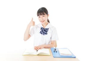 グッドサインをする笑顔の女子学生の写真素材 [FYI04715194]
