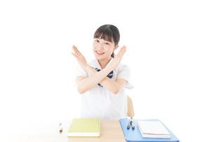 バツを示す制服姿の女子学生の写真素材 [FYI04715199]