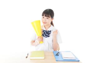 応援をする制服姿の女子学生の写真素材 [FYI04715212]