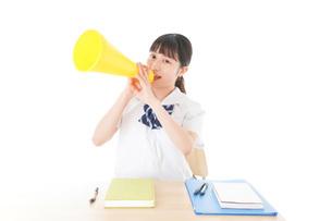 応援をする制服姿の女子学生の写真素材 [FYI04715218]