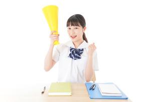 応援をする制服姿の女子学生の写真素材 [FYI04715222]