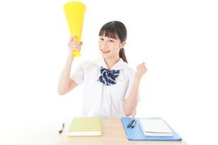 応援をする制服姿の女子学生の写真素材 [FYI04715225]