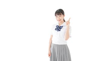 案内をする笑顔の女子学生の写真素材 [FYI04715252]