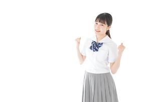 ガッツポーズをする笑顔の女子学生の写真素材 [FYI04715253]