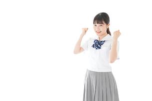 ガッツポーズをする笑顔の女子学生の写真素材 [FYI04715256]