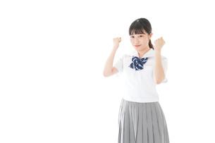 ガッツポーズをする笑顔の女子学生の写真素材 [FYI04715257]