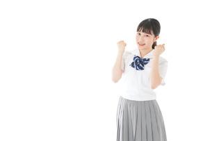 ガッツポーズをする笑顔の女子学生の写真素材 [FYI04715258]