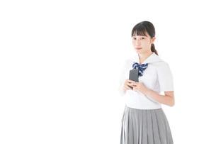 スマホを使う制服姿の女子学生の写真素材 [FYI04715270]