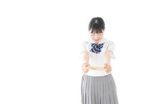 手紙を手渡す制服姿の女子学生の写真素材 [FYI04715327]
