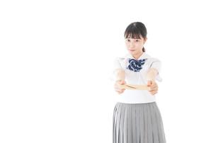 手紙を手渡す制服姿の女子学生の写真素材 [FYI04715328]