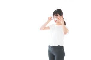 サングラスをかけた女性・リゾートイメージの写真素材 [FYI04715329]
