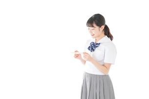 手紙を手渡す制服姿の女子学生の写真素材 [FYI04715330]