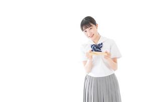 手紙を手渡す制服姿の女子学生の写真素材 [FYI04715338]
