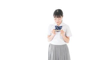 手紙を手渡す制服姿の女子学生の写真素材 [FYI04715340]