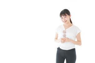 サングラスをかけた女性・リゾートイメージの写真素材 [FYI04715341]