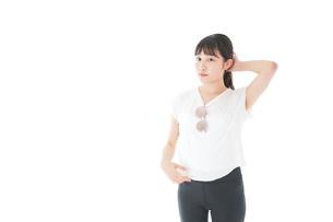 サングラスをかけた女性・リゾートイメージの写真素材 [FYI04715344]
