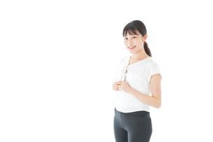 サングラスをかけた女性・リゾートイメージの写真素材 [FYI04715345]