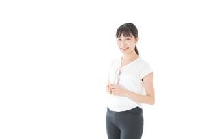 サングラスをかけた女性・リゾートイメージの写真素材 [FYI04715346]