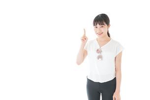 指を指す女性・リゾートイメージの写真素材 [FYI04715349]