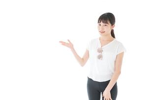 指を指す女性・リゾートイメージの写真素材 [FYI04715350]