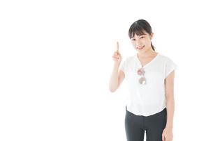 指を指す女性・リゾートイメージの写真素材 [FYI04715351]