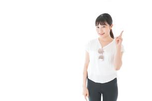 指を指す女性・リゾートイメージの写真素材 [FYI04715352]